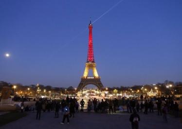 Photographie de la tour Eiffel aux couleurs de la Belgique