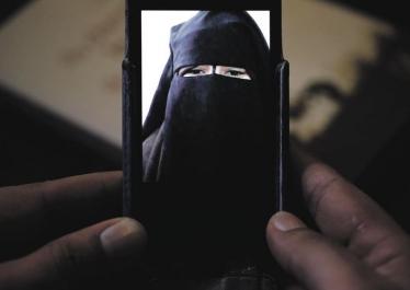 « La violence exercée par les jeunes femmes jihadistes est d'abord tournée contre elles-mêmes », avec Farhad Khosrokhavar