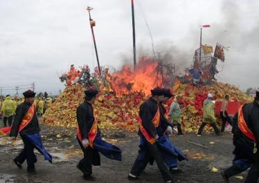 Le Bateau des Rois de Hsiaolung (Tainan) consommé par les flammes d'un bucher de papiers-monnaie d'offrande © Fiorella Allio, 2005